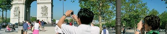Touristes photographes à l'Arc de Triomphe